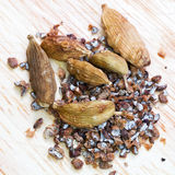 Dried pods and ground cardamon Royalty Free Stock Photos