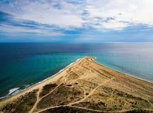 Driehoek gevormd strand die in waterantenne leiden royalty-vrije stock foto's