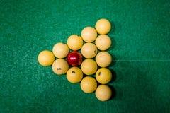 Driehoek van ballen op de groene doek Russisch biljart Hoogste mening royalty-vrije stock afbeeldingen