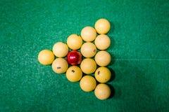 Driehoek van ballen op de groene doek Russisch biljart Hoogste mening royalty-vrije stock afbeelding