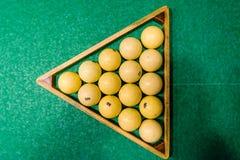 Driehoek van ballen op de groene doek Russisch biljart Hoogste mening stock afbeeldingen