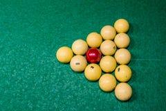 Driehoek van ballen op de groene doek Russisch biljart Hoogste mening stock fotografie