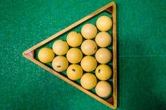Driehoek van ballen op de groene doek Russisch biljart Hoogste mening stock foto's