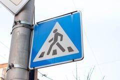 Driehoekig voetgangersoversteekplaatsteken Blauw symbool voor auto's Stock Foto