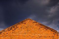 Driehoekige bakstenen muur van een huis in de hemel Stock Afbeelding
