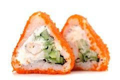Driehoekige fusiebroodjes met oranje tobikokuiten, roomkaas en stock afbeeldingen