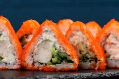 Driehoekige fusiebroodjes met oranje tobikokuiten, roomkaas, shr Royalty-vrije Stock Afbeeldingen
