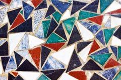 Driehoekige kleurrijke mozaïektextuur op muur Stock Afbeeldingen