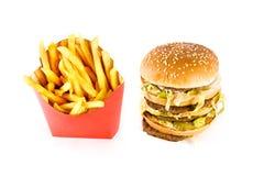 Drievoudige cheeseburger en frieten Stock Afbeeldingen