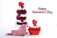 Drievoudige laag rood en wit Valentine cupcake Stock Afbeeldingen