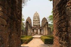 Drievoudige pagoden achter de poort Royalty-vrije Stock Afbeeldingen