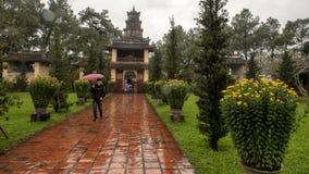 Drievoudige poort tijdens Tet, de Pagode van Thein Mu, Tint, Vietnam stock afbeelding
