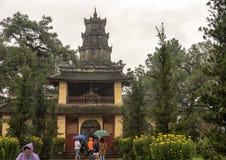 Drievoudige poort tijdens Tet, de Pagode van Thein Mu, Tint, Vietnam stock foto's