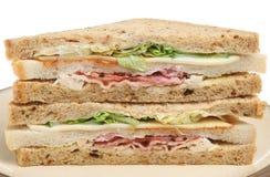 Drievoudige Sandwich met Bacon, Kip & Kaas Stock Afbeeldingen