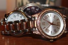 Drievoudige Vastgestelde Horloges Stock Foto's