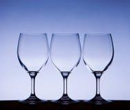 Drievoudige witte glazen op blauwe gradiënt Royalty-vrije Stock Foto