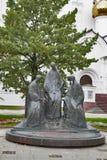 Drievuldigheidsbeeldhouwwerk in historisch stadscentrum van Yaroslavl, Rusland Populair oriëntatiepunt royalty-vrije stock afbeeldingen