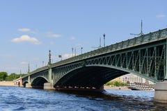 Drievuldigheidsbrug in de zomerdag (werd geopend in 1903) Royalty-vrije Stock Afbeelding