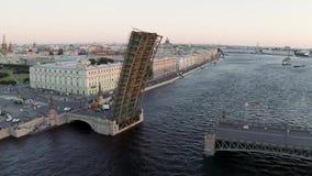Drievuldigheidsbrug met een gescheiden staat Avondsatellietbeeld van de Paleisdijk van St Isaac Kathedraal stock video