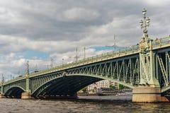 Drievuldigheidsbrug over Neva, St. Petersburg royalty-vrije stock foto's
