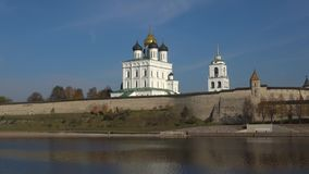 Drievuldigheidskathedraal in Pskov het Kremlin, Oktober-dag Pskov, Rusland stock video