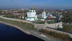 Drievuldigheidskathedraal in Pskov het Kremlin, Zonnige dag luchtvideo Pskov, Rusland stock videobeelden