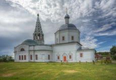 Drievuldigheidskathedraal in Serpukhov in de middag tegen wolken royalty-vrije stock afbeeldingen