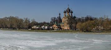 Drievuldigheidskerk zhivonachalnoj Moskou, Rusland, de lente, Maart Stock Foto