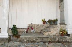 Driewieler op een portiek Stock Foto