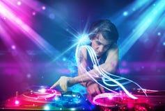 Driftig blandande musik för Dj med kraftiga ljusa effekter Royaltyfri Bild