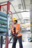 Driftig handlastbil för ung manlig arbetare i metallbransch Arkivfoto