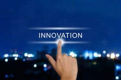 Driftig innovationknapp för hand på pekskärmen Arkivbild