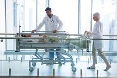 Driftig nöd- bårsäng för doktor i korridor arkivbild