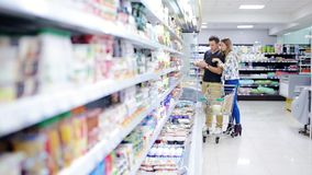Driftig shoppingvagn för par i supermarket lager videofilmer