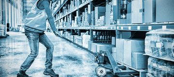 Driftig spårvagn för arbetare med askar royaltyfri foto