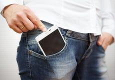 Driftig stor mobiltelefon för kvinna i jeansfack Royaltyfri Foto