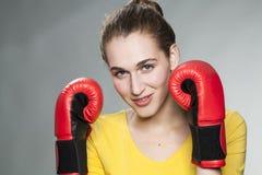 Driftig 20-talkvinna som är villig att slåss för konkurrens Royaltyfri Bild