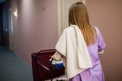Driftig vagn för ung kvinnlig hembiträde, medan göra ren hotellrum Arkivbilder