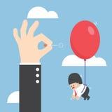 Driftig visare för affärsmanhand som poppar ballongen av hans rival Arkivfoton