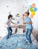 Driftiga barn som firar lycklig händelse arkivbild