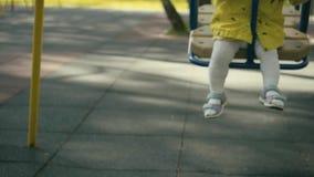 Driftigt barn för moder på en gungauppsättning stock video