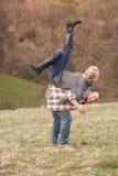 driftigt gyckel för par som har ståendebarn Fotografering för Bildbyråer