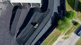 Driftigt kol för tung bulldozer i elkraftstationen, flyg- sikt arkivfilmer