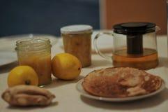 Driftstopp från citronen och ingefäran kneg casserole som lagar mat läckert home hemlagat recept royaltyfri fotografi