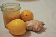 Driftstopp från citronen och ingefäran kneg casserole som lagar mat läckert home hemlagat recept royaltyfria foton