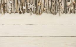 Driftwood με το άσπρο ξύλινο υπόβαθρο Στοκ φωτογραφία με δικαίωμα ελεύθερης χρήσης