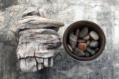 Driftwood och stenar Arkivbild