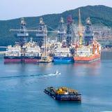 Driil пропуска ветрил буксира грузит в заливе судостроения daewoo и судостроения DSME в городе Okpo, Южной Корее Стоковые Изображения