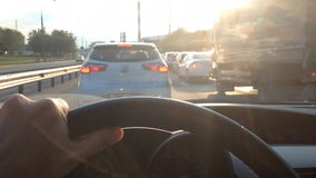 Drijf een auto in een opstopping stock footage