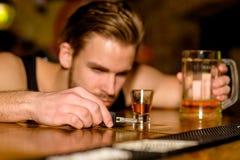 Drijf niet Gedronken Mensendrinker met autosleutels in bar De knappe mens drinkt bier bij barteller Alcoholverslaafde met bier royalty-vrije stock fotografie